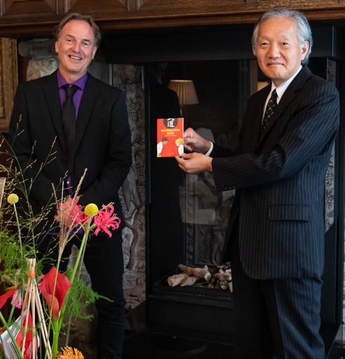 """Uitreiking eerste exemplaar """"Waarde(n)vol budo"""" aan Japanse ambassadeur"""